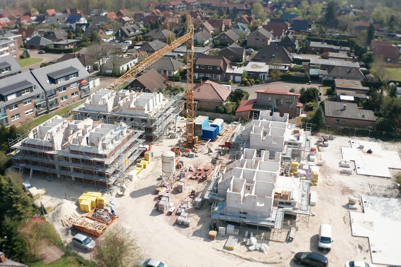 Im Oldenburger Süden – Stadtteil Bümmerstede – entstehen fünf Doppelhäuser, ein Zweifamilienhaus und zwei freistehende Mehrfamilienwohnhäuser mit je sechs hochwertigen und modernen Eigentumswohnungen.